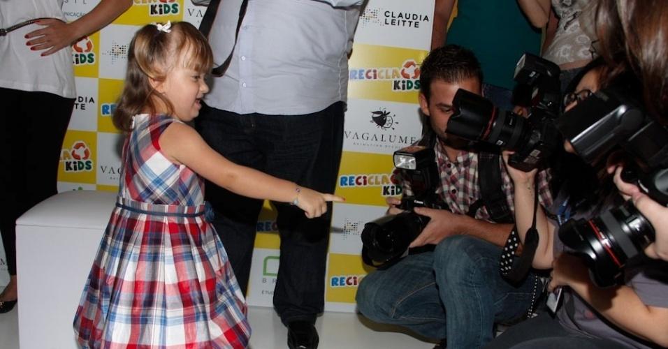 Rafaella Justus brinca com os fotógrafos (22/3/2012)