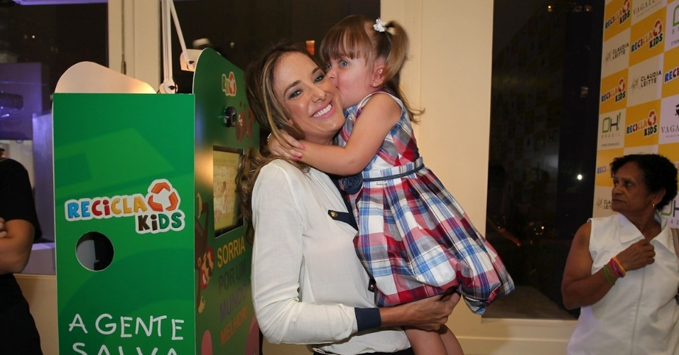 Ticiane Pinheiro e a filha, Rafaella, prestigam evento de marca infantil, em S&#227;o Paulo &#40;22/3/2012&#41;. A menina fez caretas e se divertiu com a m&#227;e