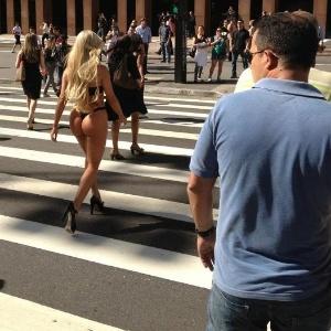 A panicat Aryane Steinkopf (centro) fez fotos sensuais na Avenida Paulista, em São Paulo, para revista