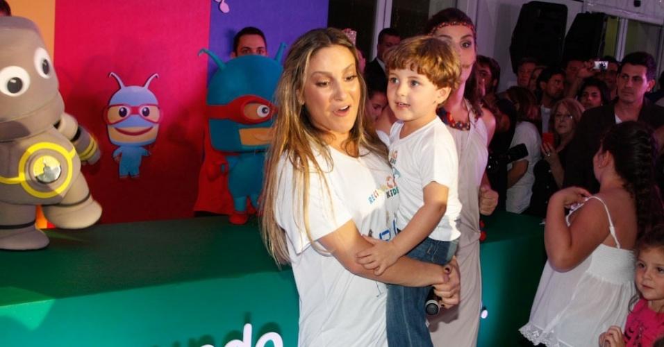 Claudia Leitte brinca com o filho em evento infantil (22/3/12)