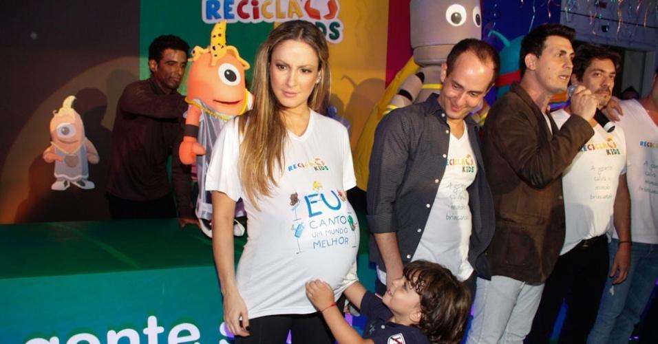 Davi coloca uma bexiga na barriga da mãe, Claudia Leitte, durante evento infantil. A cantora está grávida do segundo filho (22/3/12)
