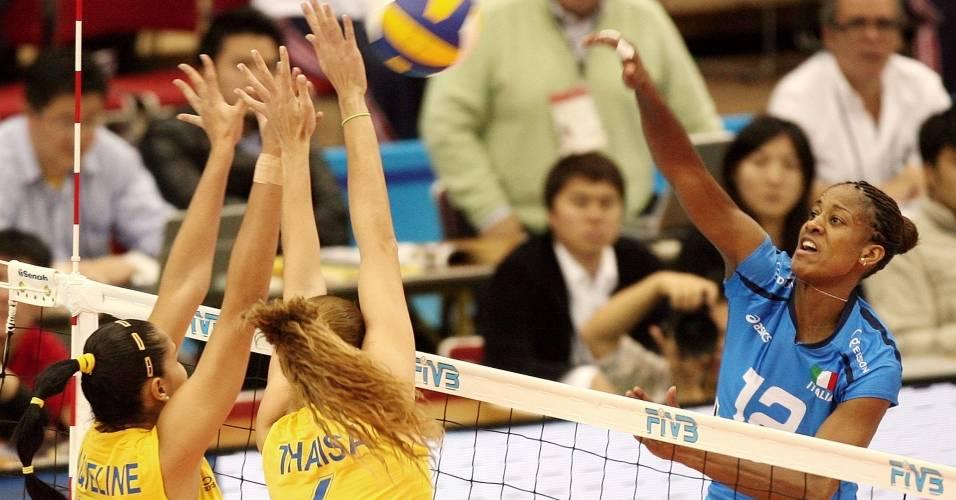 Aguero encara o bloqueio das brasileiras Jaqueline e Thaísa em lance da Copa do Mundo de 2007