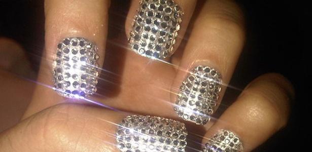 Katy Perry mostra suas unhas com esmalte com aplicações de strass