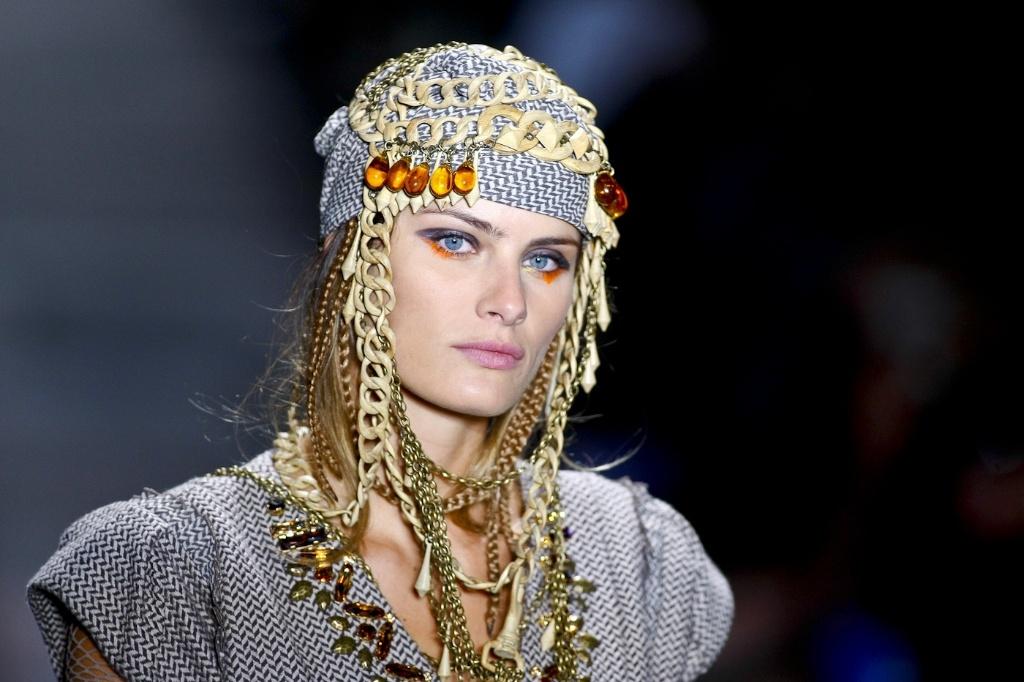 Isabeli Fontana desfila criação do estilista Alexandre Herchcovitch durante o segundo dia do SPFW Inverno 2010. A coleção é inspirada no cienasta Sergei Paradjanov