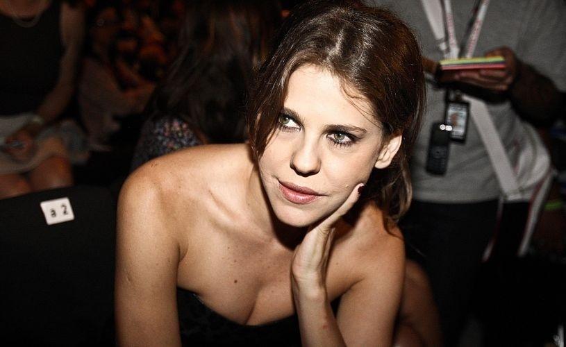 Bárbara Paz espera o desfile da Triton começar. Marca encerrou a terceira noite do SPFW Inverno 2010