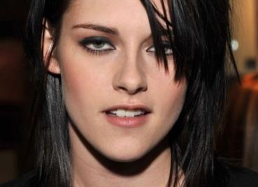 Kristen Stewart usa blush cor de pêssego