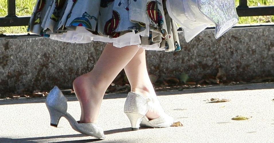 De salto alto, Suri, filha de Tom Cruise e Katie Holmes, é uma representante da vaidade infantil (21/09/09)