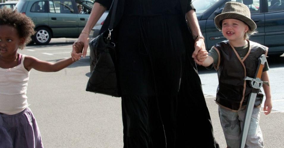 Filha de Angelina Jolie e Brad Pitt adora usar roupas de menino