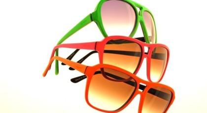 Óculos com armação colorida e lente em degradê, na Ótica Ventura (R  490) 013fe28546