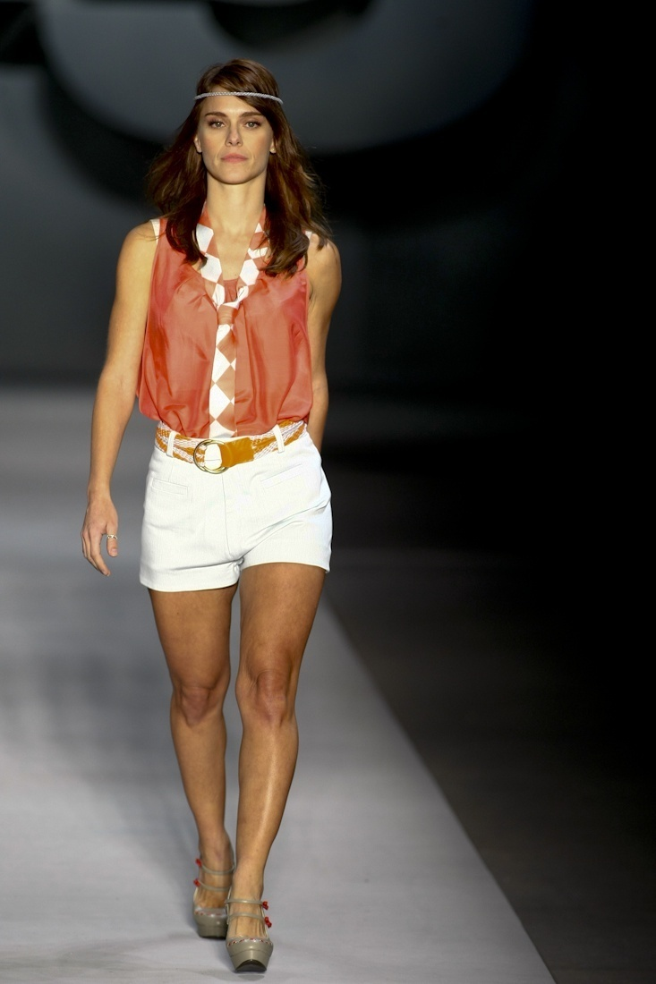 Carolina Dieckmann desfila para o Verão 2011 da TNG (30/05/2010)