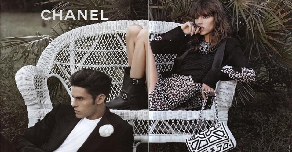 Janeiro 2011: O estilista Karl Lagerfeld fotografou os tops Freja Beha Erichsen e Baptiste Giabiconi para a campanha Verão 2011 da Chanel