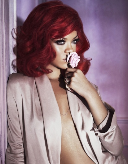 Janeiro 2011: Rihanna aparece na primeira foto promocional de lanamento do perfume Reb'l Fleur e assim entra para o time de celebridades que emprestam seus nomes e rostos para fragrncias