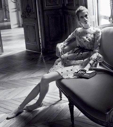 Janeiro 2011: A Valentino convidou a modelo dinamarquesa Caroline Brasch-Nielsen para estrelar sua campanha Verão 2011. As fotos foram tiradas por David Sims
