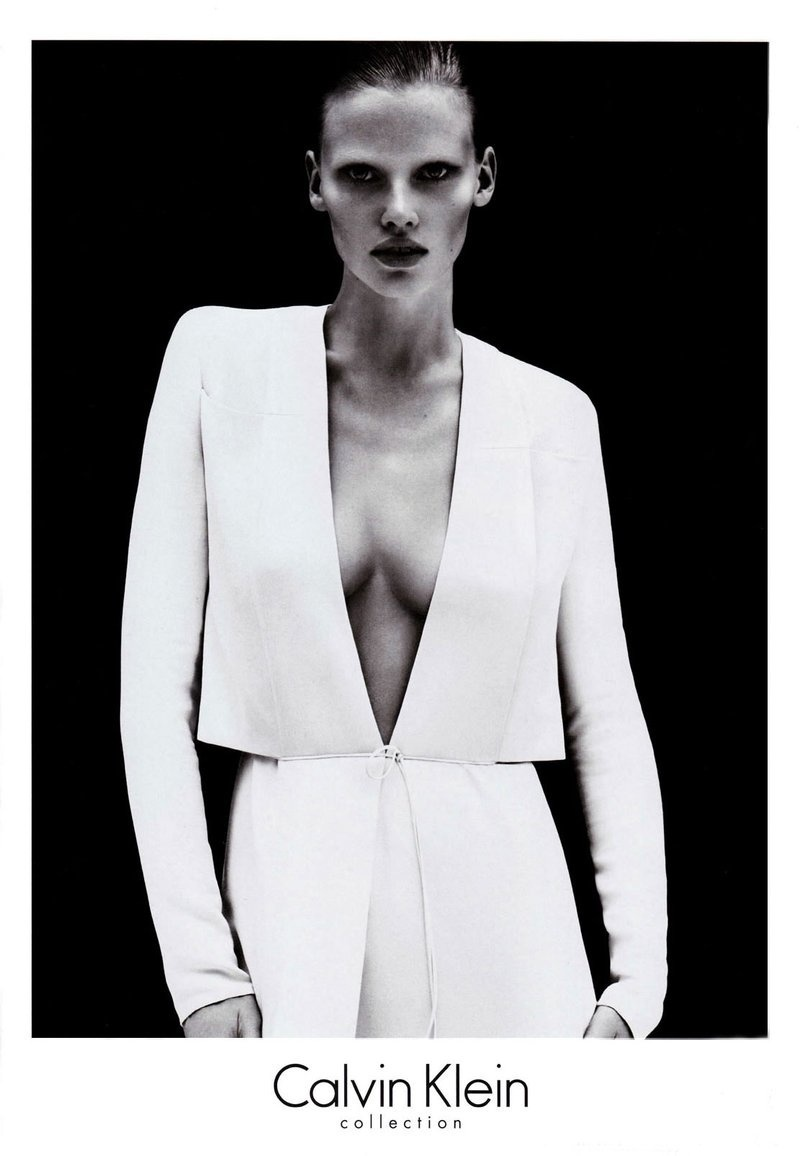 Janeiro 2011: A supertop Lara Stone estampa a campanha do verão minimalista da Calvin Klein Collection. A holandesa foi fotografada pela dupla Mert Alas e Marcus Piggott