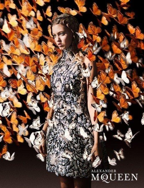 Janeiro 2011: Lindsey Wixson estrela a primeira campanha da grife Alexander McQueen assinada pela estilista Sarah Burton - que substitui McQueen após sua morte em fevereiro de 2010