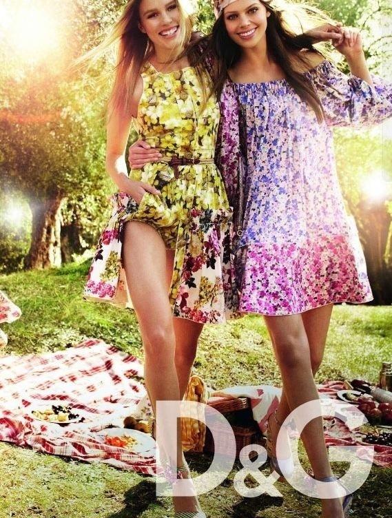 Janeiro 2011: O clima de piquenique do desfile de Verão 2011 da D&G, com vestidos leves e florais, foi transportado para a campanha da marca com as modelos Keke Lindgard e Jessica Clarke. A foto é de Mario Testino