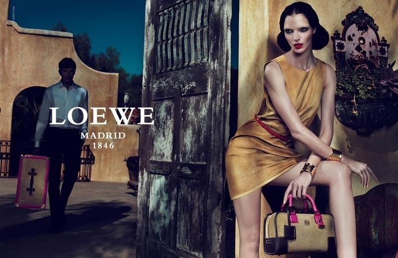 Janeiro 2011: A Loewe escalou a top Mariacarla Boscono para estrelar sua campanha Verão 2011. As fotos foram tiradas pela dupla Mert Alas & Marcus Piggott