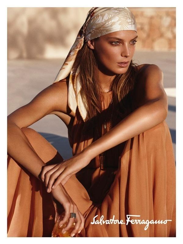 Janeiro 2011: A top Daria Werbowy é a garota-propaganda da campanha Verão 2011 da Salvatore Ferragamo, em fotos de Mikael Jansson