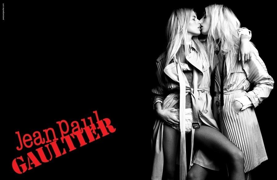 Janeiro 2011: Jean Paul Gaultier escolheu um beijo entre os modelos Karolina Kourkova e Andrej Prejic para divulgar sua coleção Verão 2011