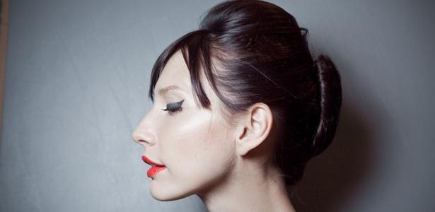 Coque banana do desfile da Neon: revalorização dos penteados glamurosos é aposta dos profissionais para o Inverno 2011