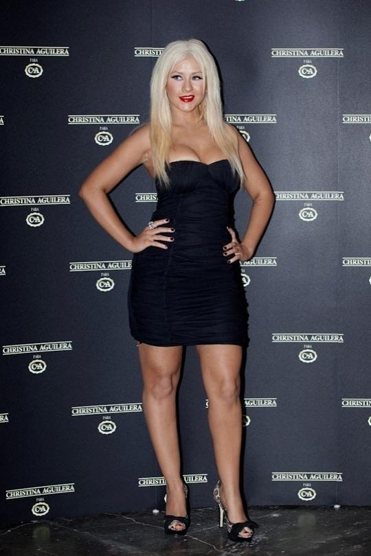 Christina Aguilera lança sua primeira coleção para a rede de fast-fashion C&A e dá entrevista durante o SPFW (01/02/2011)