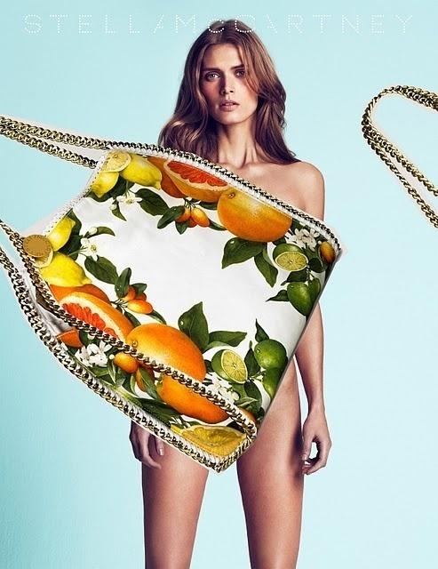 Fevereiro 2011: A supermodelo Malgosia Bela é garota-propaganda do Verão 2011 de Stella McCartney. As fotos são de Mert Alas e Marcus Piggott
