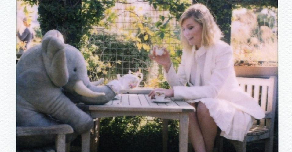 Fevereiro 2011: A atriz Kirsten Dunst aparece em série de fotos Polaroid na nova campanha da Boy by Band of Outsiders. As imagens do Verão 2011 foram clicadas no jardim botânico de Huntington, em Pasadena (Califórnia)