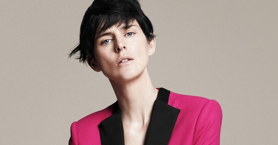 Fevereiro 2011: A espanhola Zara chamou a top Stella Tennant para posar para as lentes de David Sims em sua campanha para o Verão 2011. O styling é de Beat Bolliger, o cabelo é de Guido Palau, e o make, de Diane Kendal
