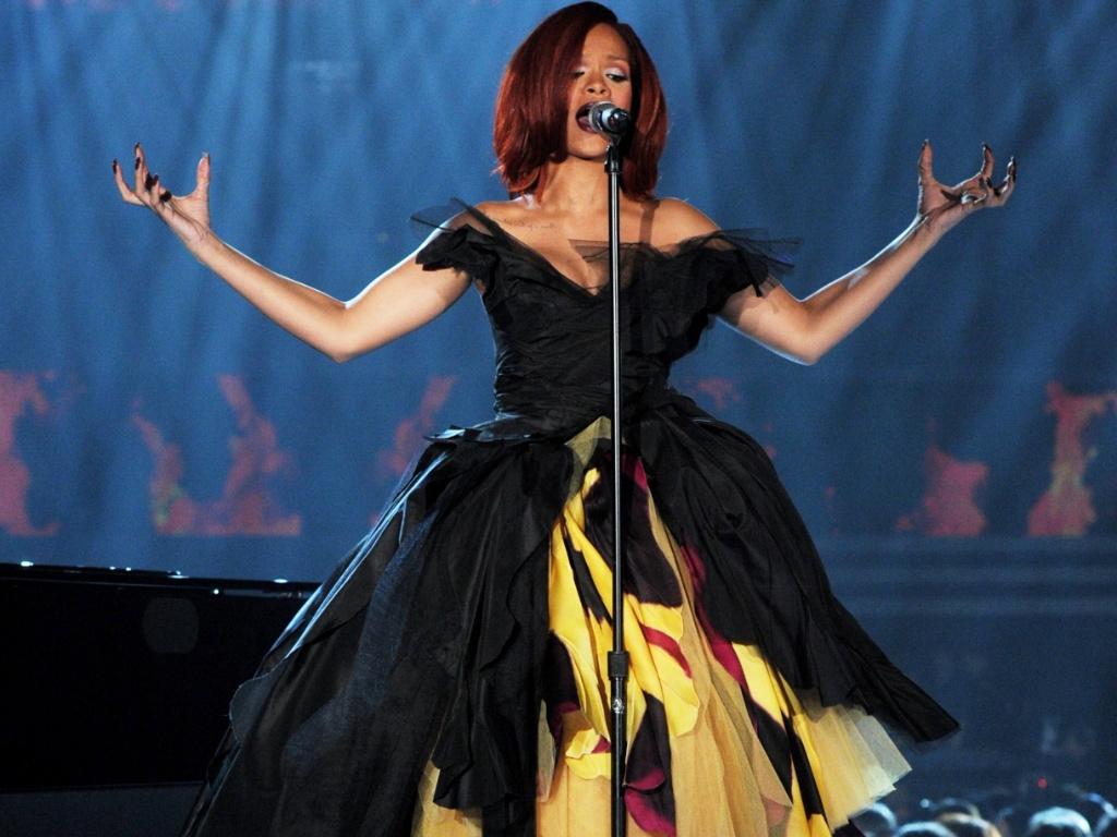 A cantora Rihanna usa Dior Couture em apresentação no Grammy Awards 2011 (13/2/2011)