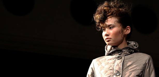 Modelo apresenta look de Junya Tashiro para o Inverno 2010 durante a semana de moda do Japão, em Tóquio (23/03/2010)
