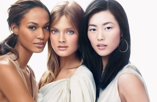 Maro: As tops Joan Smalls (esq.), Constance Jablonski e Liu Wen (dir.) aparecem na primeira foto juntas para a campanha Women in Beauty da Este Lauder. Tom Pecheux foi o responsvel pela beleza 