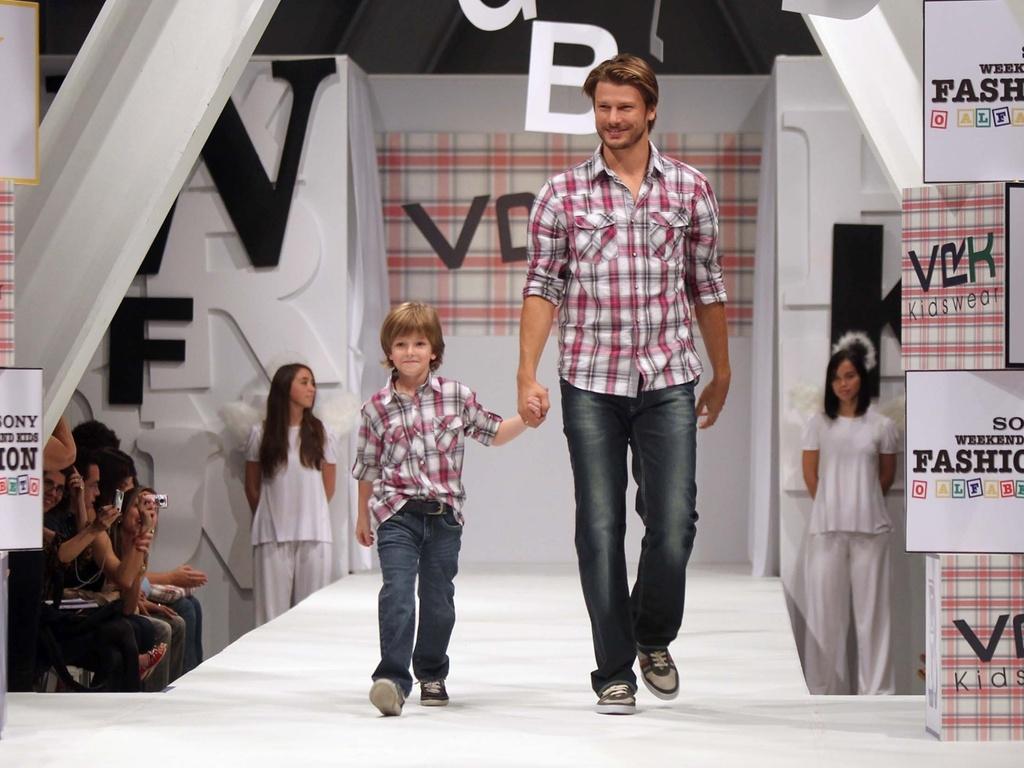 O ator Rodrigo Hilbert desfila para a VR Kids ao lado de modelo mirim no Fashion Weekend Kids, em São Paulo (02/04/2011)