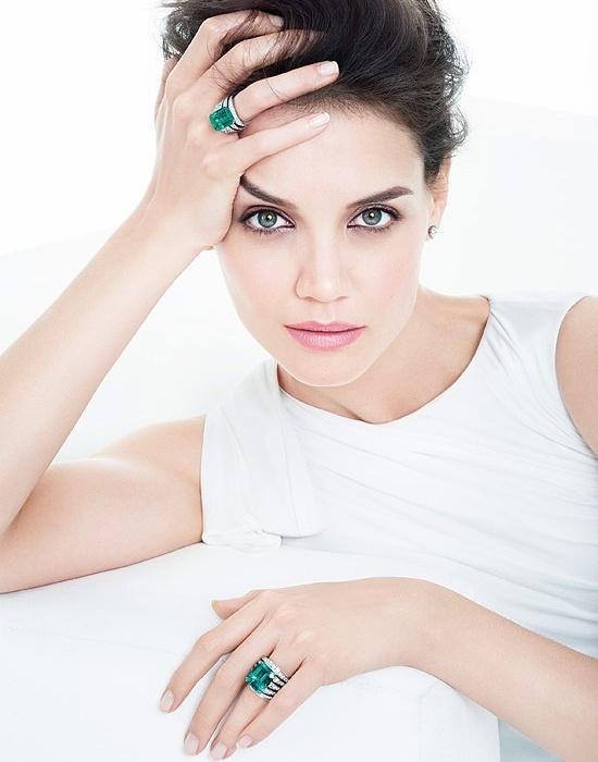 Abril 2011: A atriz Katie Holmes, mulher de Tom Cruise, foi escolhida pela joalheria brasileira H.Stern para estrelar sua nova campanha. Nas fotos, a atriz aparece usando anéis com diamantes e esmeraldas. Os cliques foram feitos por Tom Munro em Nova York
