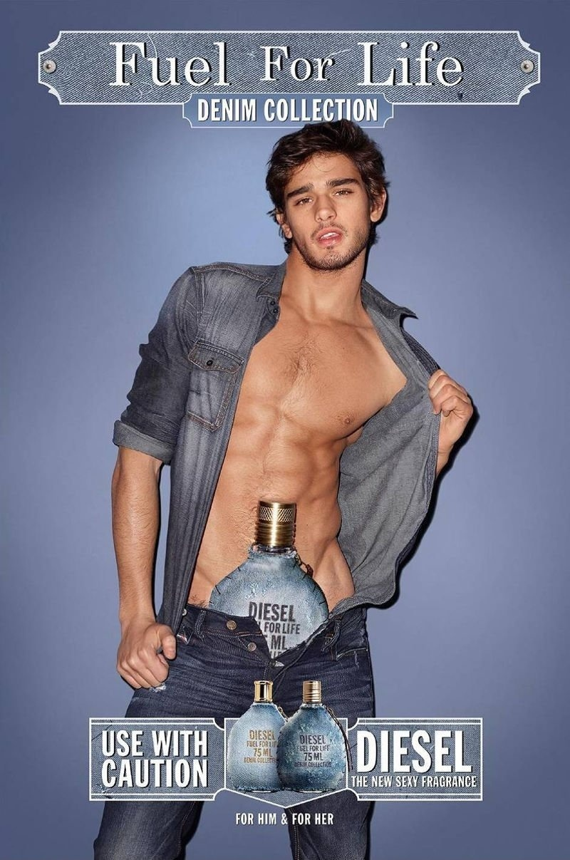 Abril: Com o frasco do perfume dentro de seu jeans, o modelo brasileiro Marlon Teixeira foi fotografado por Terry Richardson para a campanha de Fuel For Life, da Diesel