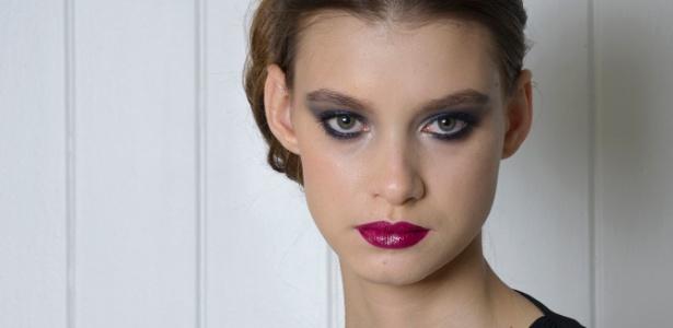 """Modelo usa maquiagem """"olho tudo, boca tudo"""" ideal para a noite, na concepção da maquiadora Vanessa Rozan"""