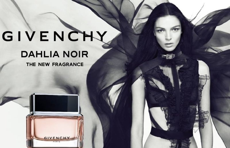 Abril: A modelo italiana Mariacarla Boscono apresenta a nova fragrncia feminina da Givenchy, Dahlia Noir. Em anos anteriores, a top j estrelou anncios de perfumes de Jean Paul Gaultier (Classique) e Moschino (Glamour)