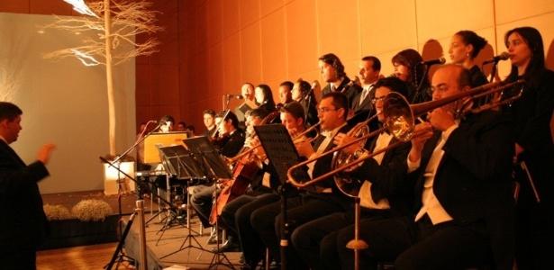 Músicos do Coral Del Chiaro durante apresentação em cerimônia religiosa