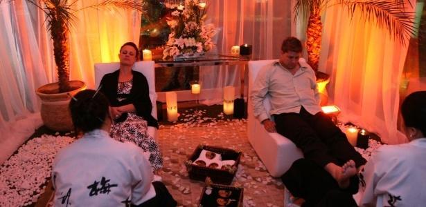 Convidados recebem massagens relaxantes nos pés durante festa de casamento
