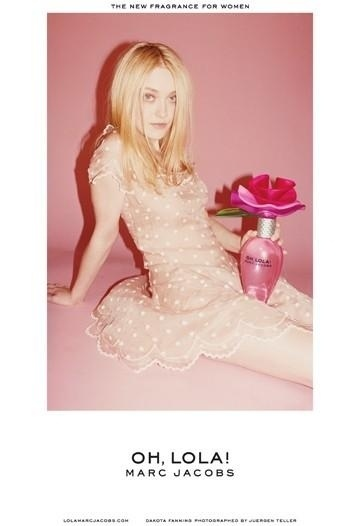 Junho 2011: Dakota Fanning, que em 2006, posou para a campanha de Vero 2007 de Marc Jacobs, volta a ser a garota-propaganda do estilista, dessa vez para o lanamento do perfume Oh Lola!. A foto, mais uma vez,  de Juergen Teller
