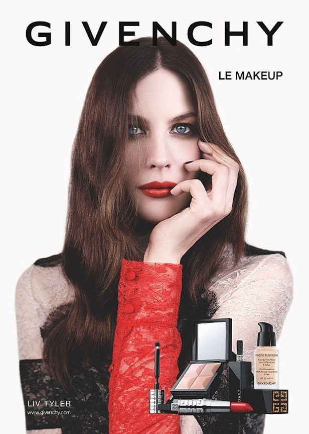 Julho: A atriz Liv Tyler aparece em sua nova campanha para a Givenchy, dessa vez divulgando produtos que so lanamentos de inverno 2011 (hemisfrio norte) da maison francesa. No look, olhos esfumados e lbios em tom de vermelho aberto 