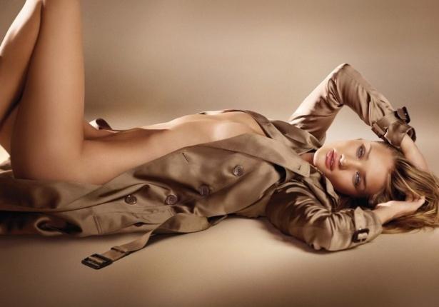 Julho 2011: O fotógrafo peruano Mario Testino clicou a modelo Rosie Huntington-Whiteley nua, apenas com um casaco aberto da Burberry para a campanha do perfume Burberry Body