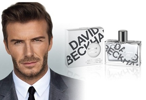 Julho 2011: O jogador David Beckham aparece engravatado estrelando a campanha de Ianamento de seu perfume Homme, fotografado por Alasdair McLellan