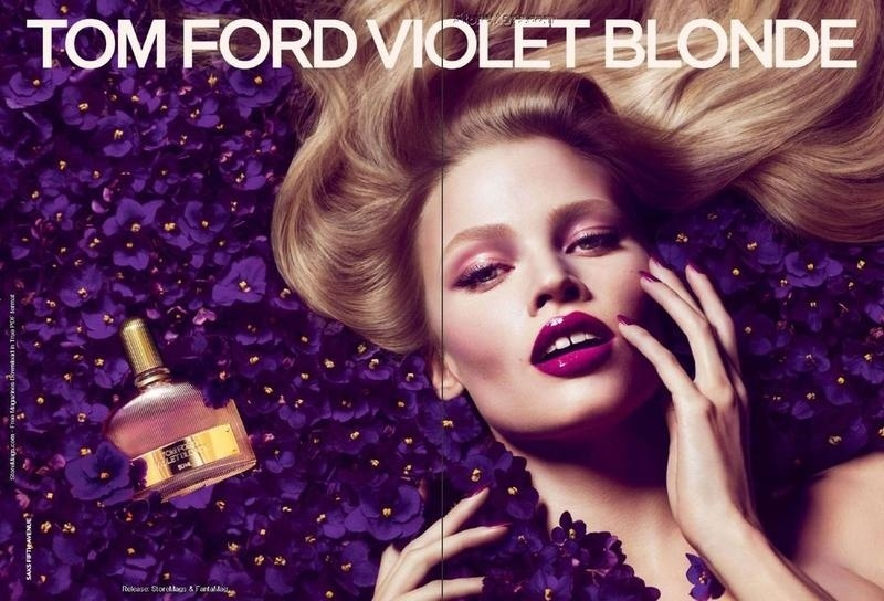 Agosto 2011: A top Lara Stone posa meio a violetas para a campanha de Inverno 2011 do perfume Violet Blonde, da Tom Ford