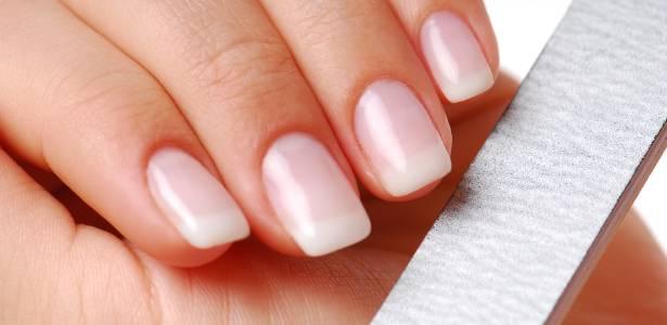 """Beleza das unhas vai muito além dos """"esmaltes-tendência"""": é preciso ter o hábito de  hidratar, preservar as cutículas e fazer pausas na esmaltação"""