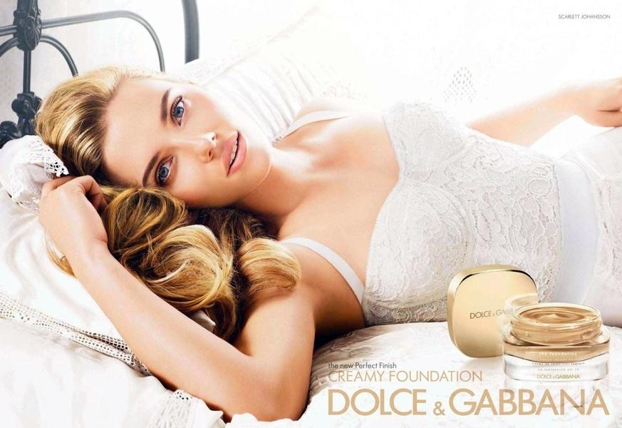 Agosto: Scarlett Johansson, que é a garota-propaganda oficial da linha de beleza da Dolce & Gabbana, aparece em nova foto da marca, agora divulgando a base Creamy Foundation. O anúncio foi alvo de críticas por um suposto excesso de tratamento de imagem