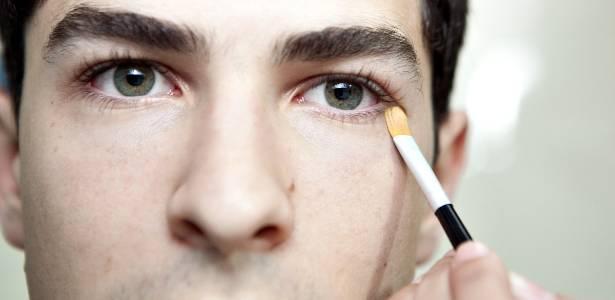 O corretivo bem aplicado não deve aparecer, apenas te deixar mais bonito, melhorando o aspecto de olheiras e outras imperfeições