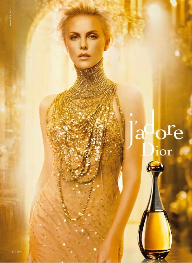 Agosto: A atriz Charlize Theron, que desde 2004  o rosto do perfume J'Adore da Dior, aparece em nova foto para a marca. Como  costume nos anncios desta fragrncia, os tons de dourado dominam a imagem