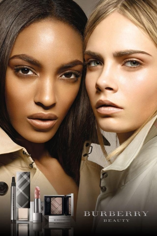 As modelos Jourdan Dunn (esq.) e Cara Delevingne mostram a proposta de maquiagem da Burberry Beauty para o inverno 2011 (hemisfrio norte). A nova coleo da marca inglesa privilegia tons neutros e a pele iluminada