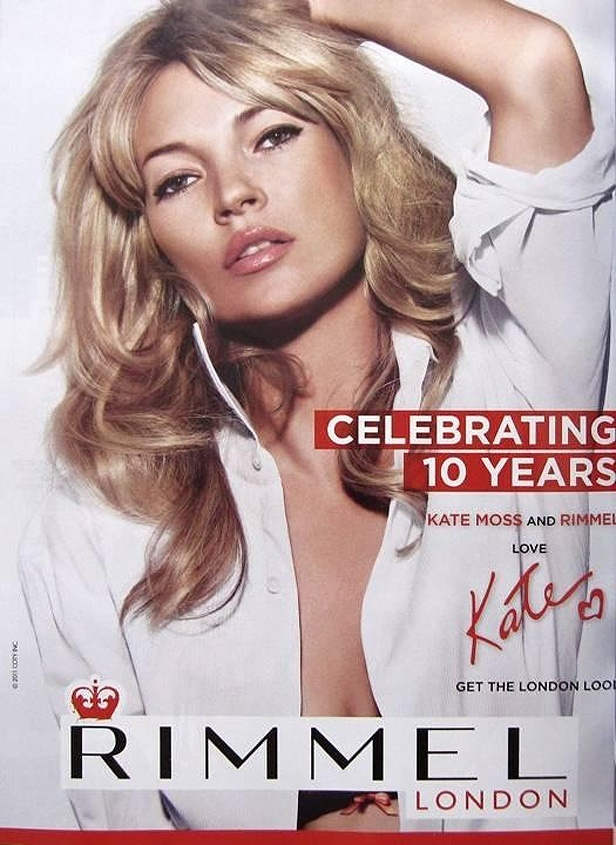 Kate Moss aparece na campanha da coleo de batons que criou para comemorar os 10 anos da marca Rimmel London