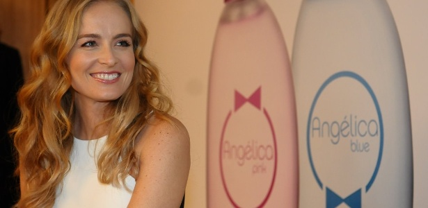 Angélica durante o lançamento de sua linha de perfumes; ao fundo, os frascos de Pink e Blue
